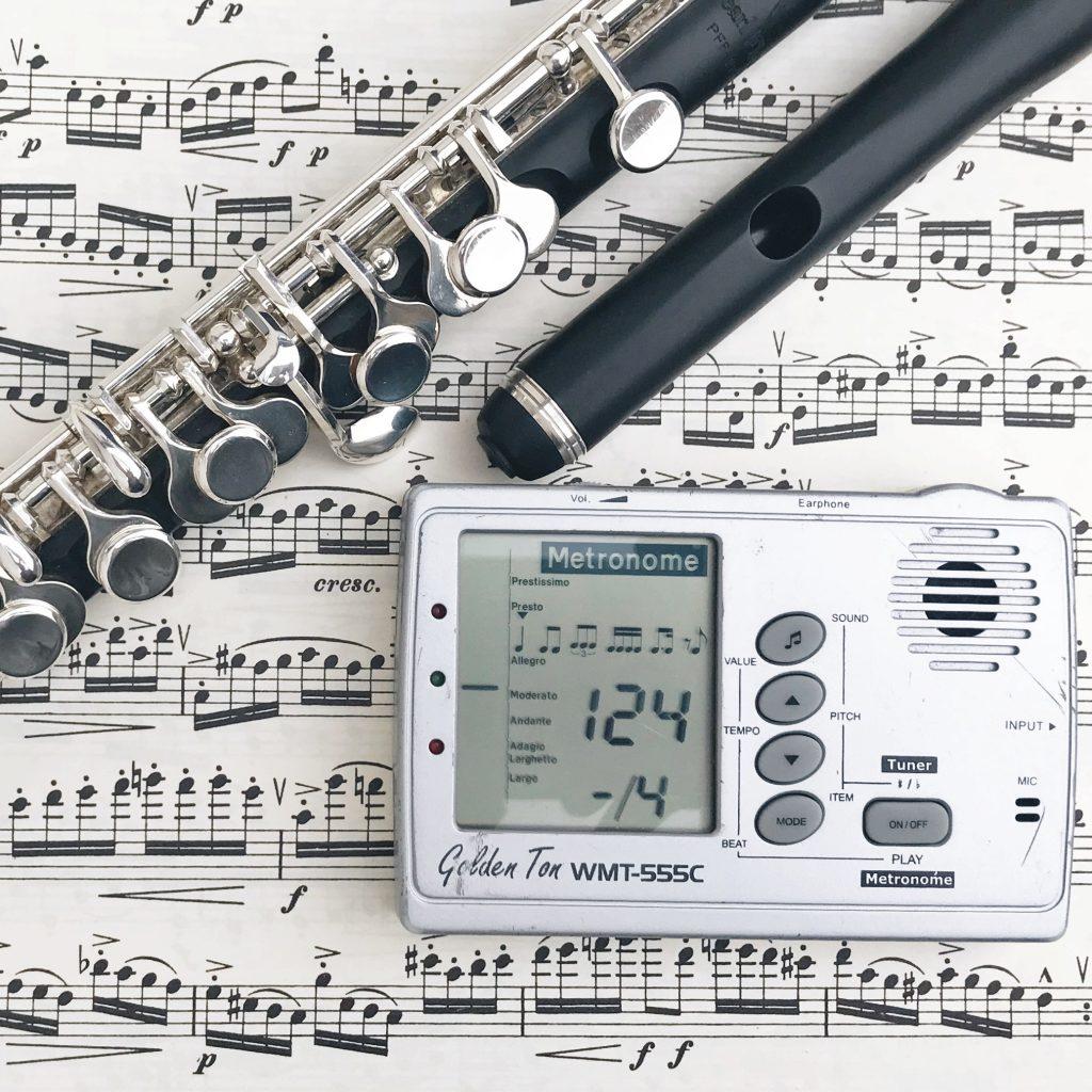Piccoloflöte mit Metronom auf Noten, Tipps und Strategien für das Üben mit Metronom