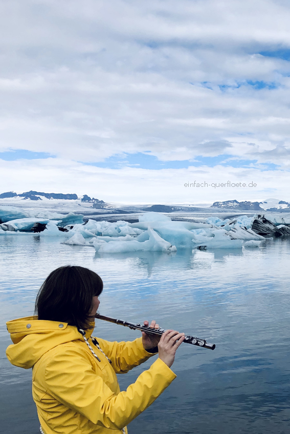 Querflöte Gletscher Island gelbe Regenjacke